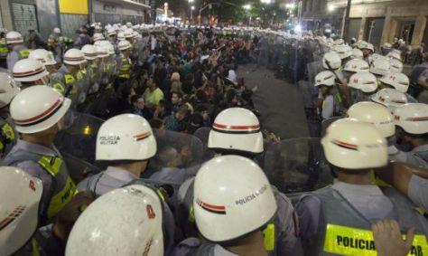 cerco_PM_manifestantes_23fev2014_2_II_ato_contra_copa_SP
