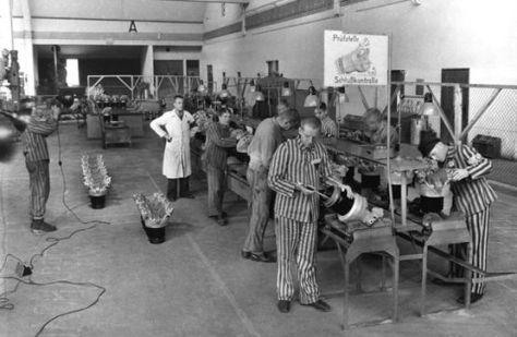 A sede da BMW, em Munique, fica localizada a 12 km de distância de onde ficava o campo de concentração de Dachau. Nesta foto de 1943, pode-se ver o trabalho forçado realizado nas fábricas da BMW por aqueles que haviam sido encarcerados em Dachau, reconhecíveis por seus uniformes listrados. Fonte: Forced Labor / BMW Group Archiv.