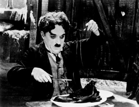 """Carlitos janta as próprias botas em """"A Corrida do Ouro"""" (The Gold Rush), clássico do cinema mudo."""