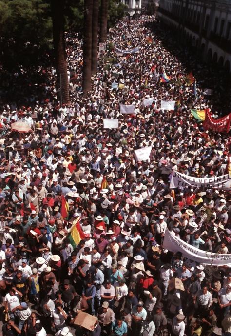 Bolívia: imensos protestos contra a privatização da água tomam conta das ruas de Cochabamba em 1992