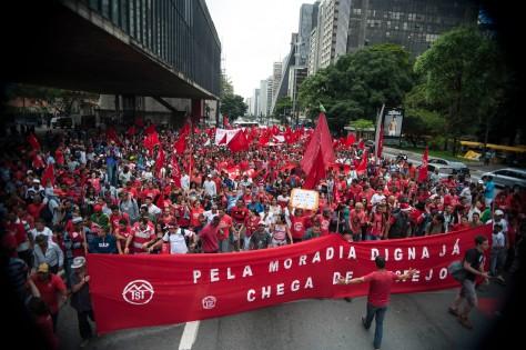 SÃO PAULO, SP, BRASIL, 11-012-2013, 10h00: Diversos grupos e ocupações do Movimento dos Trabalhadores Sem Teto (MTST) realizam protesto na manhã desta quarta-feira (11), em São Paulo. (Foto: Marcelo Camargo/ABr)