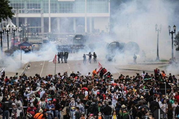 Protesto em Curitiba termina com manifestantes e policiais feridos. Manifestantes em greve desde segunda-feira protestavam contra o projeto de lei que altera a Previdência estadual (Divulgação/Joka Madruga/APP-Sindicato)