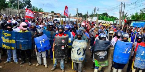 Resistência popular urbana no Pinheirinho com a comunidade prestes a ser invadida pela PM