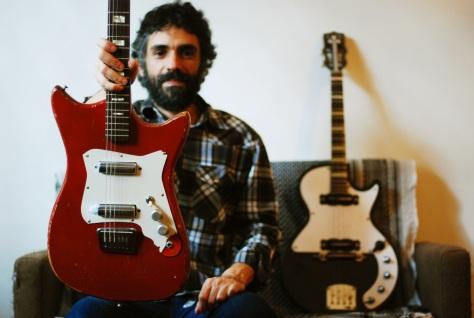 """Fernando Catatau, do Cidadão Instigado, é um dos convidados especiais do Pó de Ser: o músico toca guitarra na primeira e na última faixa de """"A Dança da Canção Incerta"""""""
