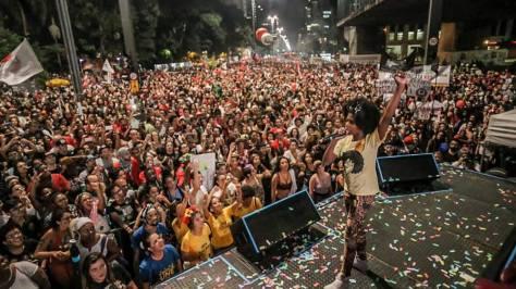 Mc Sofia no palco Canto da Democracia em São Paulo!