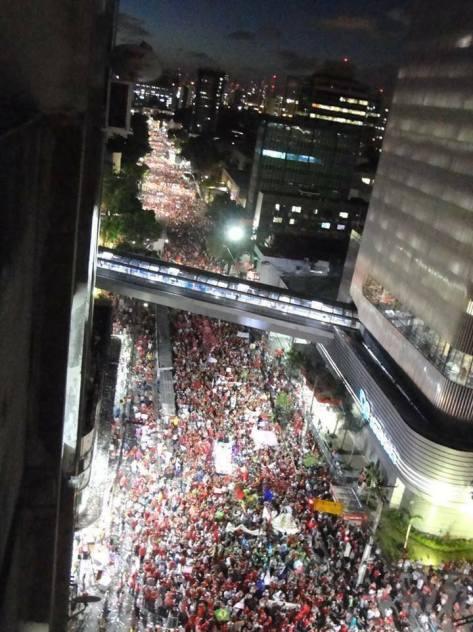 Mais de 100.000 pessoas se manifestam contra o impeachment de Dilma Rousseff no Recife, Pernambuco, em 24 de Abril de 2016.