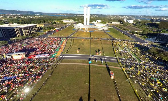 JV_manifestantes-pro-e-contra-impeachment-Brasilia_00504172016-e1460984093991