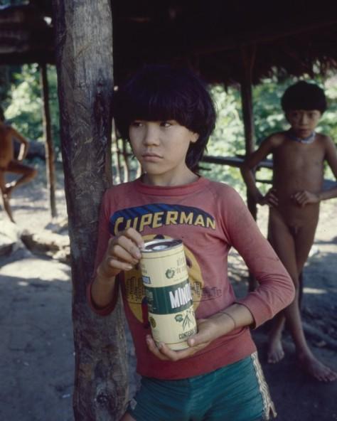 Kaniata-no, hoje líder da tribo Paratasi, ainda menino, com shorts Adidas e uma camiseta do Superman - 1982