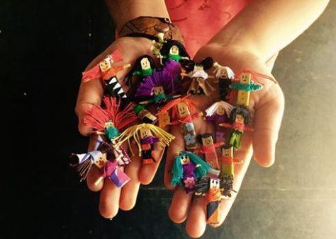 Quitapenas pelos pequenos e crescidos no Vilarejo de São Jorge, Chapada dos Veadeiros, em um encontro do Sabenças da Infância... Bonequinhas que surgiram na Guatemala, por mães indígenas para acalentar coração de crianças com medo...  SAIBA MAIS