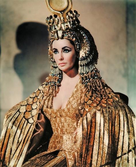 Elizabeth Taylor representando Cleópatra