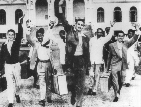 Fidel Castro (centro), Raul Castro (primeiro à esquerda) e outros rebeldes do assalto ao Quartel de Moncada postos em liberdade, em maio de 1955.