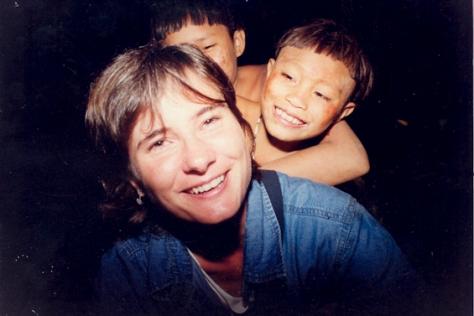 """Eliane Brum em território Ianomâmi, em Roraima, em 2001. A reportagem é """"A Guerra do Começo do Mundo"""", está em O Olho da Rua."""
