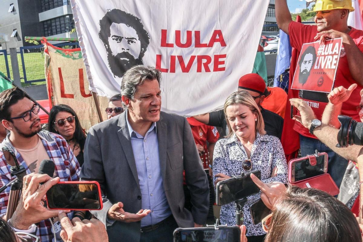 """A PAIXÃO DE LULA - O """"mais importante preso político do mundo"""" tem seu destino comparado ao de Gramsci e Julian Assange na análise de Noam Chomsky"""